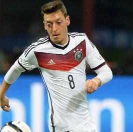Low medita dejar a Ozil y Schweinsteiger en el banquillo