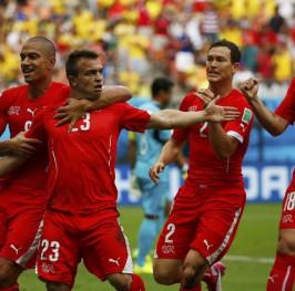 Shaqiri mete en octavos a Suiza con un hat-trick